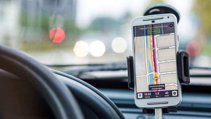 Telefon i tablet przywiązane do kierownicy – takie rzeczy tylko w Kanadzie!